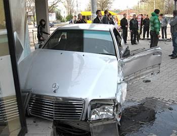 Новый  Регион: ''Мерседес'', протаранив ограждение тротуара, оказался в витрине  одного из центральныхмагазинов Тирасполя