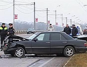 Новый Регион: У моста через Днестр в районе Бендер ''БМВ'' снес с дороги два ''Мерседеса'' (ФОТО)