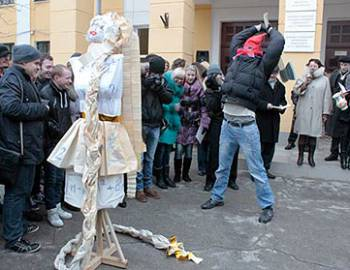 Новый Регион: Студенты Приднестровского госуниверситета отметили Татьянин распитием ''Гагаринского напитка'' и сжиганием чучела сессии