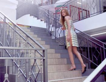 Новый Регион: В Бендерах девушка гуляет по городу в платье из пластиковых карт (ФОТО)