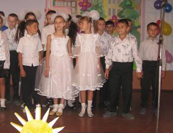 Новый Регион: Молодожены из Рыбницы передали мягкие игрушки в детдом, отмечающий 50-летие